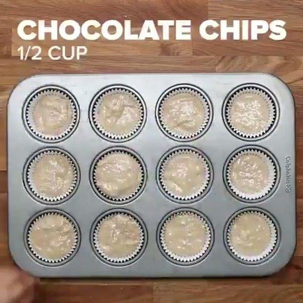 Овсяно-банановые кексы с шоколадом   Больше рецептов пп-выпечки ➡️ @pp_sweet_recipes   Ингредиенты: ✅Бананы- 3 шт ✅Молоко-150 мл ✅Яйца-3 шт ✅Овсяные хлопья-180 грамм ✅Пшеничная цельнозерновая мука-180 грамм ✅Ванильная эссенция(ваниль/ванилин) - по вкусу ✅Корица-по желанию/по вкусу ✅Натуральный йогурт-170 грамм ✅Мёд/сахарозаменитель по вкусу ✅Шоколад горький/шоколад без сахара на выбор Все ингредиенты смешать и разлить по формам. Сверху добавить раскрошенный шоколад. Можн...