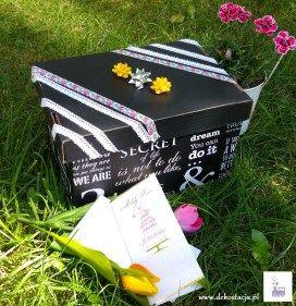 Prezent na ślub w postaci pudełka rozmaitości! Podaruj nowożeńcom coś innego niż kwiaty, niech to będą symboliczne upominki, a każdy na specjalną okazję we dwoje. #diy #prezent #wedding