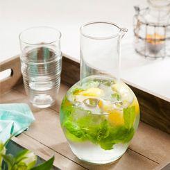 Water vervult een essentiële rol in veel lichaamsprocessen. Serveer smaakvol water met citroenmelisse en schijfjes citroen.