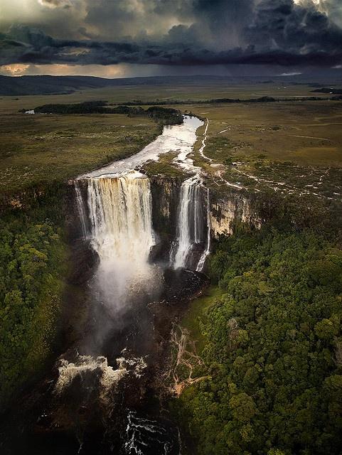 Salto Chinak-Merú. 108 mts aprox de altura. 05°34′59″N 61°19′12″O  También conocido como Salto Aponwao. La Gran Sabana. Parque Nacional Canaima. Estado Bolívar.  Por Manuel Carreño