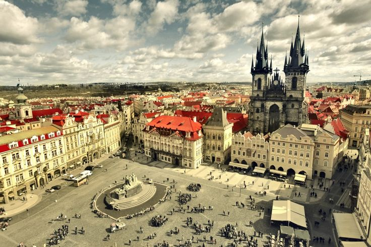 11 FREE THINGS TO DO IN PRAGUE, Czech Republic www.HostelRocket.com Old Town Square Prague