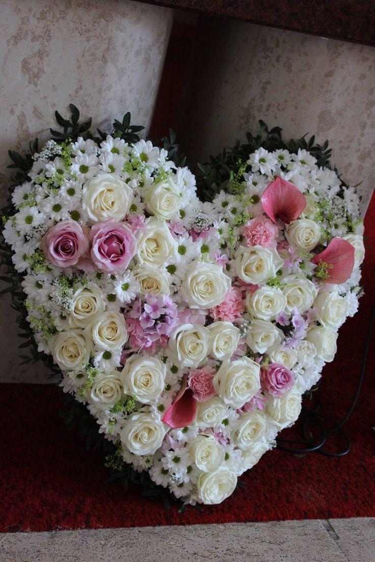 Srdce zo živých kvetov z lásky 80 €  http://www.kvetysilvia.sk/donaskova-sluzba/