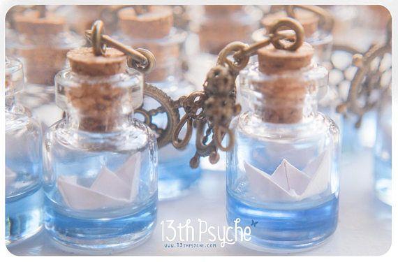 Botella de barco de papel collar. Collar de origami, océano joyería, collar de cristal frasco vidrio botella colgante de Navidad para mujer, joyería Linda botella miniatura. Un collar de botella de cristal pequeña hecha a mano con un barco de papel dentro. El agua está hecho con resina