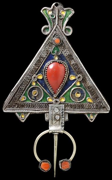 Péroné ~ la broche d'épaule d'argent de la femme kabyle, gravé et décoré d'émail et d'argent. | Ca. 1800-1850.