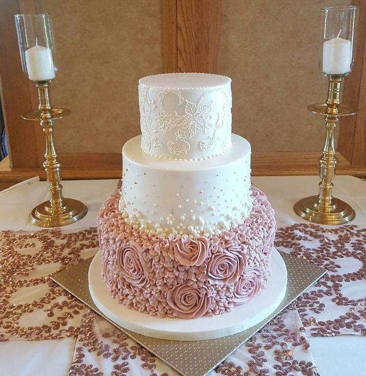 Dusty Rose Rosette Wedding Cake. Spitze auf der obersten Stufe passend zum Brautkleid.   – Bridal shower