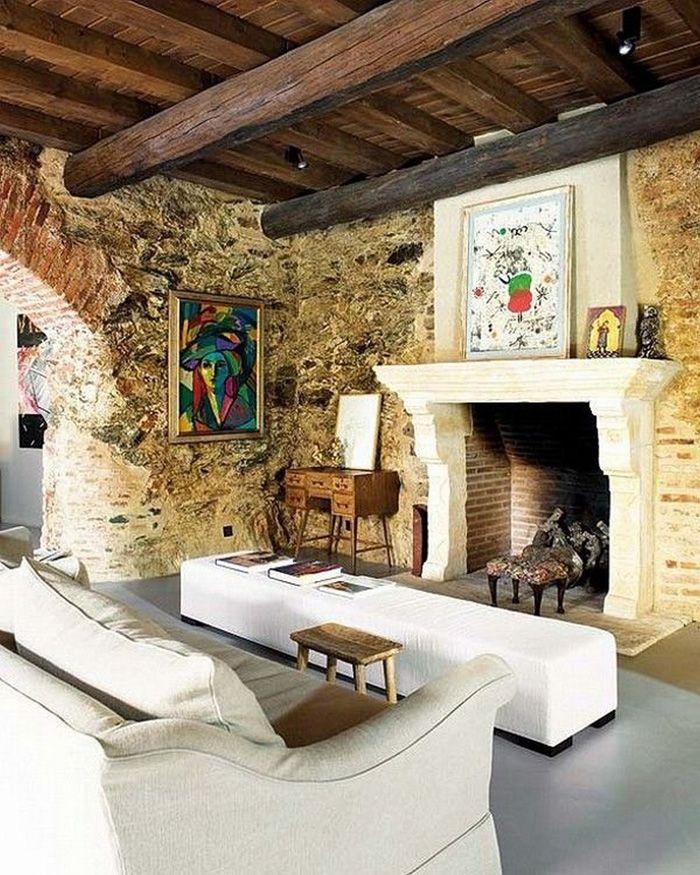 Загородный дом: Гостиная с камином в средневековом стиле http://goodroom.com.ua/mag/dom-ispanskogo-dizajnera-v-srednevekovom-derevenskom-stile/