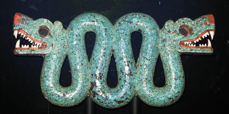 Serpente de duas cabeças, asteca/mixteca, séc. XV-XVI, proveniente do México, 20,5 cm de altura x 43,3 cm de comprimento, coleção Mosaico Asteca de Turquesa. Museu Britânico. A serpente de duas cabeças, considerada obra-prima do mosaico asteca, era um ornamento peitoral usado, possivelmente, em ocasiões cerimoniais por um chefe religioso ou político. A peça foi esculpida em madeira e recoberto com mosaico de turquesa colada com resina de pinho e copal.