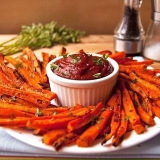 ✔МОРКОВНЫЕ ЧИПСЫ✔Веган. Чипсы хрустящие, солоновато-пряные. При еде сначала чувствуется вкус и аромат специй, а потом возникает сильный специфический аромат свежей моркови.  Ингредиенты:  400~500г моркови,  1/8 ч ложки мелкой соли,  1 ст ложка растительного масла (15~20г), специи  Приготовление:  1.Морковь вымыть и очистить. 2. При помощи овощечистки настрогать морковь тонкими лентами. 3. Положить нарезанную морковь в кастрюлю или в большую миску. Налить масло, положить соль и специи…