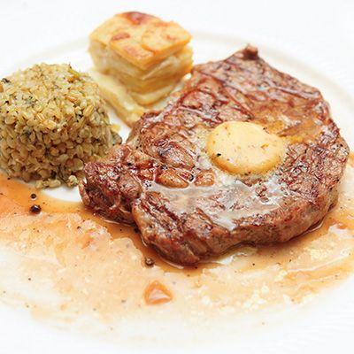 Steak d'entrecôte grillé, beurre aux tomates séchées