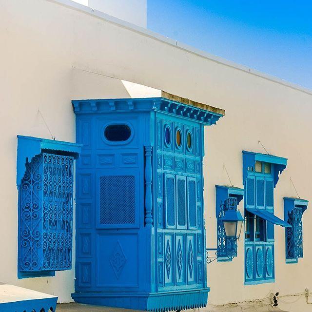 Sidi Bou Said Tunísia - Na foto alguns detalhes da arquitetura árabe. A vila está ligada ao sítio de Cartago classificado como Património Mundial pela UNESCO desde 1979.  A beleza desta cidade trouxe muitos artistas de músicos a pintores e escritores. É fácil perceber porque bastam alguns minutos de contemplação e apreciação da paz que nos rodeia por aqui para gostar do lugar.  Sidi Bou Said Tunisia - In the photo some details of Arab architecture. The village is linked to the site of…