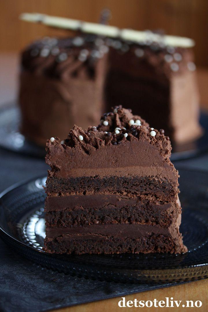 """Annonse: Reklame for egen bok Hei, I dag 27. januar er faktisk den internasjonale sjokoladekakedagen! AND SJOKOLADEKAKE IT IS! Dette er en amerikansk klassiker, og jeg vil faktisk påstå at dette er den ultimate sjokoladekaken og alle sjokoholikeres drømmekake! Og ja, det er riktig at du må ha 1,2 kg kokesjokolade for å lage den... Oppskriften finnes også i sjokolade-kapitlet i den nye kakeboken min """"Det søte liv - Kaker for enhver smak"""". Boken finnes i de aller fleste bokhand..."""