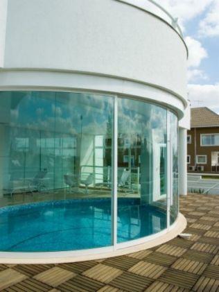 Cada vez mais comuns, as piscinas internas garantem o aproveitamento da área de…