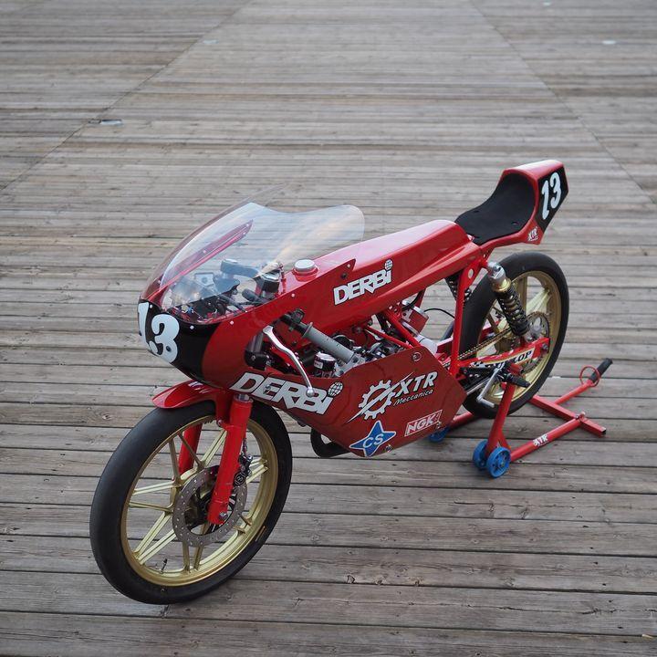 """Red bullet! Derbi #CafeRacer """"Bala Roja"""" by XTR PEPO. Esta #Derbi recuerda a una moto que hizo historia en el mundo del motociclismo ¿Te suena? www.caferacerpasion.com"""