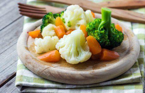 Preparación 1. Cuece las verduras, excepto los chícharos. 2. Pela las verduras cocidas y córtales en cuadritos. 3. Agrega los chícharos. 4. Sazona con sal y pimienta. 5. Agrega la crema y mezcla con cuidado.
