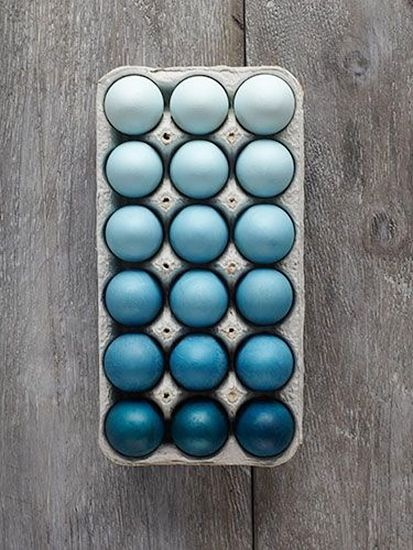 8 chic Easter décor DIYs// Ombré Easter eggs #entertaining #easter #diy: Holiday, Craft, Idea, Ombre Easter, Blue, Color, Easter Eggs
