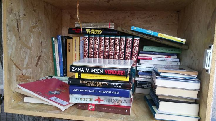 Tanto nuovi libri nella nostra #lfl54266. Però manca il nostro guestbook :( chiunque lo trovi è pregato di riportarlo... Graxie