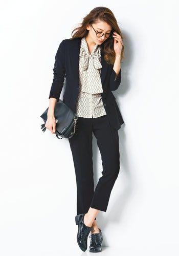 ショルダーにもなるクラッチバッグと合わせて♪レディーススーツパンツのコーデ♪スタイル・ファッションの参考に♪