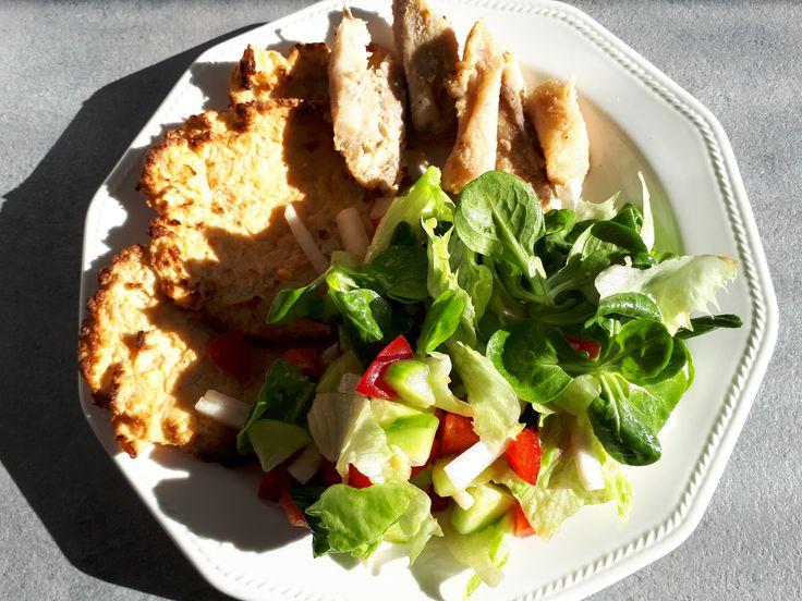 Ebéd 600kalória alatt: karfiolropogós, grillezett csirkemell, friss saláta.