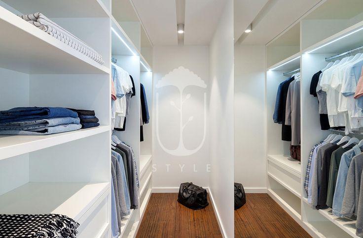 Просторная гардеробная комната находится за стеной спальни. Одну из стен заняли открытые полки, а вторую - зеркало, которое помимо своей функции визуально расширило пространство.