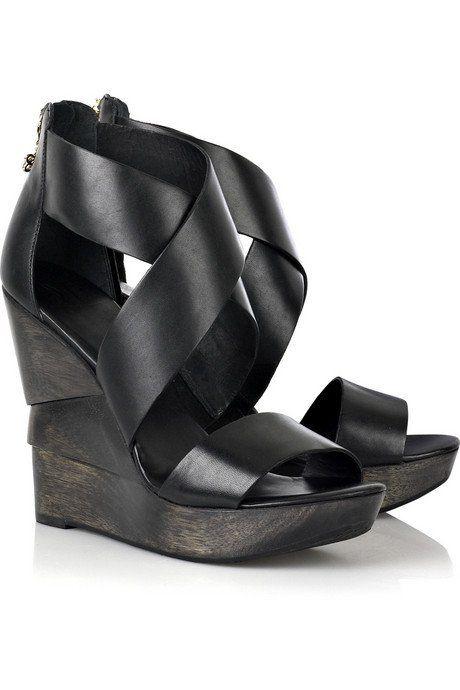 Olha que lindas estas duas sandálias da nova coleção da Diane von Furstenberg. Comparando com o preço absurdo das sandálias das outras marcas (parece que nenhum sapato das top griffes do mundo não pode custar menos que 700 doletas), até que elas não são das mais caras: custam 295 dólares cada. E são lindas. Eu …