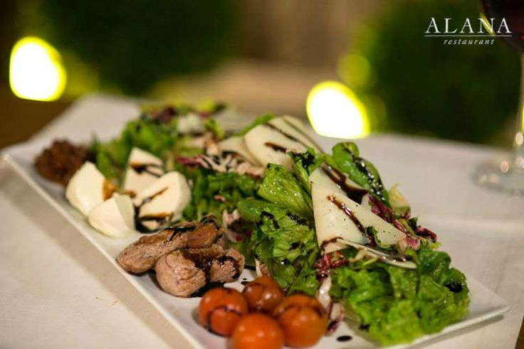 Juicy morsels of sautéed veal fillet, mixed with green salad, buffalo mozzarella, cherry tomatoes and Gruyere flakes with an aged vinegar glaze. A beef #salad packed with freshness and protein, making for one great lunch or dinner! Enjoy it!#AlanaMenu #AlanaRestaurant #Rethimno