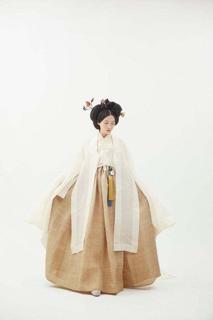 <담연> 소색 모시 저고리와 안동포 치마. 독특한 등바대가 포인트인 홑겹의 모시 원삼