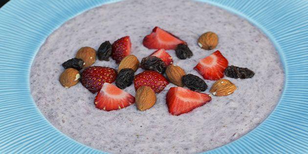 Virkelig dejlig chiagrød med jordbær og mandelmælk. Top evt. med ekstra jordbær og mandler.