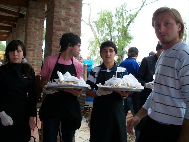 Los chicos colaborando: una de las características de la fiesta del pescado frito fue la participación de la comunidad de Sauce Viejo, en este caso la juventud tuvo a cargo el servicio a las mesas