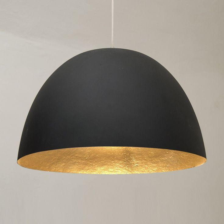 La suspension XL, d'un diamètre de 46 cm, sera idéale comme suspension design dans un salon, une cuisine, ou une salle à manger. Le contraste de son abat-jour, noir à l'extérieur, or à l'intérieur, donne à cette suspension beaucoup d'allure et apportera une belle touche de couleur à un intérieur moderne.Fabriqué avec un matériel exclusif, le Nébulite, ce luminaire design, dont l'extérieur à l'aspect brut de couleur noire contraste avec la tonalité lumineuse de son intérieur, est une…