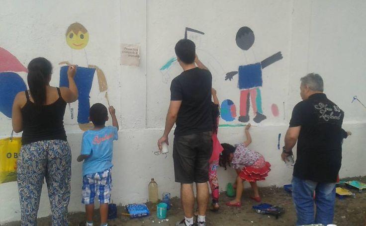 Pais e filhos pintam o muro da Escola Alberto de Oliveira, localizada no bairro do Glicério, São Paulo, SP, Brasil. Trabalho buscou interação entre pais e filhos, que coloriram os muros.  Fotografia: Carina Barros / Blog Mural.  http://fotografia.folha.uol.com.br/galerias/39152-pinturas-no-glicerio#foto-556782