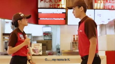 "www.frydayiminlove.net หลังจากที่ KFC (เคเอฟซี)  ปล่อยโฆษณาทางโทรทัศน์ 30 วินาทีชุด ""วิถีของเคเอฟซี"" ที่นำเสนอขั้นตอนการทำงานพนักงานหลังร้านเคเอฟซี อย่างทุ่มเทและตั้งใจทำให้ออกมาสมบูรณ์แบบที่สุด  เพื่อความพึงพอใจของลูกค้า  ล่าสุด KFC  ใช้กลุยทธ์ Edutainment ที่ต้องการสอดแทรกเมสเสสผ่านความบันเทิง  ด้วยแคมเปญออนไลน์ที่มีชื่อว่า Fry Day I'm in Love  กำกับโดย เอส คมกฤษ  ตรีวิมล   ตอนที่ 1 เริ่มฉายแล้ววันนี้"