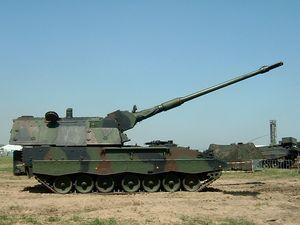 """PzH2000 houwitser.El Panzerhaubitze 2000 (en alemán significa """"obús blindado 2000""""), abreviado PzH 2000, es una pieza de artillería autopropulsada de 155 mm de calibre, desarrollada en Alemania por Krauss-Maffei Wegmann (KMW) y Rheinmetall para el ejército alemán. El PzH 2000 es uno de los sistemas de artillería convencional en servicio más potentes."""