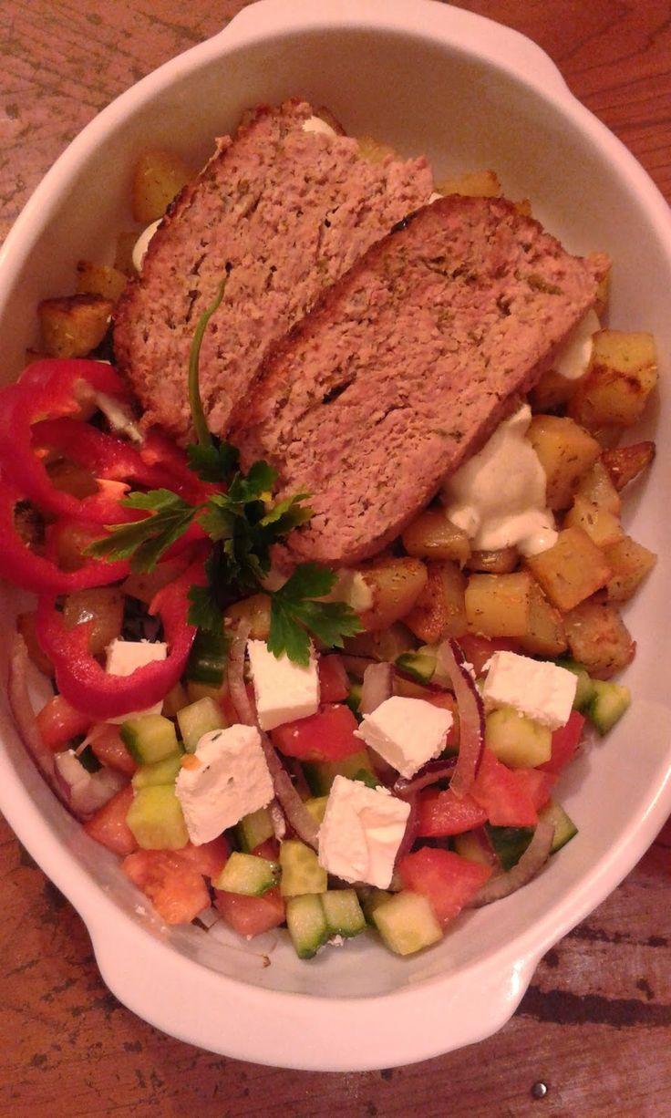 Mentás-citromos vagdalt, görög salátával ( Horiatiki ) és rozmaringos, pirított burgonyával