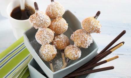 tvarohove kulicky  250 g tvarohu  250 g mouky  3 vejce  50 g moučkového cukru  20 g vanilkového cukru1 kypřící prášek  2 lžíce rostlinného oleje  olej  120 g cukru