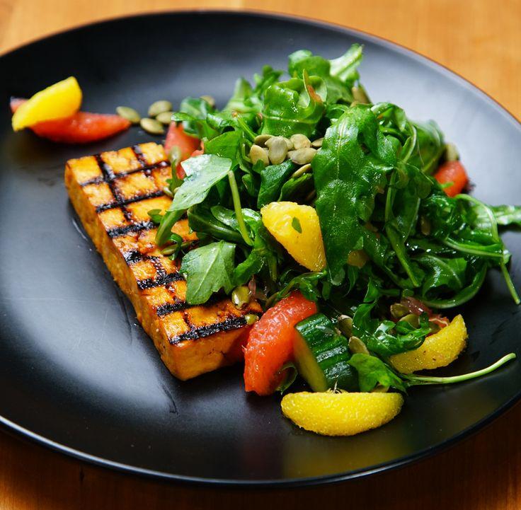 Steak de tofu mariné et grillé sur salade de roquette vinaigrette aux agrumes