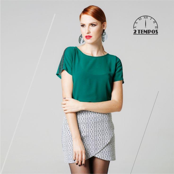 Essa saia assimétrica de jacquard é simplesmente linda!! E a blusa verde esmeralda deixa o look super charmoso