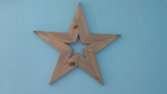 STAR BARNWOOD PRIMITIVES À LA MAIN    STAR est en bois de Grange recyclé. Cette étoile mesure 24 de large, 24 de haut et 1 de profondeur. STAR a un cintre en dents de scie pour une installation facile.    Cette étoile a une finition patinée avec une couche de cire protectrice. La couleur est un gris patiné, comme celle dune vieille clôture en bois. Cette étoile est rustique et vieilli avec noeuds physiques et les marques de fabrique. Notre 1er choix est de développer nos produits de bois…