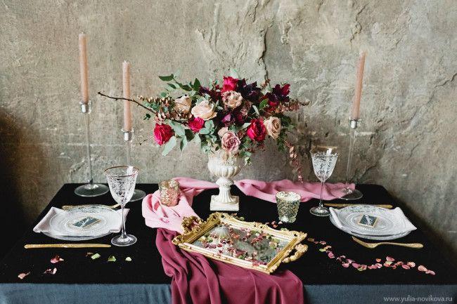 Королевское благородство и современный шик — такое необычное сочетание предлагает нам сегодняшняя стилизованная съемка! Здесь насыщенные, драматические оттенки красного вина дополняются металлическим блеском золота и роскошной глубиной черного. А оригинальный декор церемонии в стиле модерн гармонично сочетается с классическим оформлением столика молодоженов и винтажным комодом со сладостями. Множество вдохновляющих деталей создает атмосферу роскошной, стильной свадьбы:...