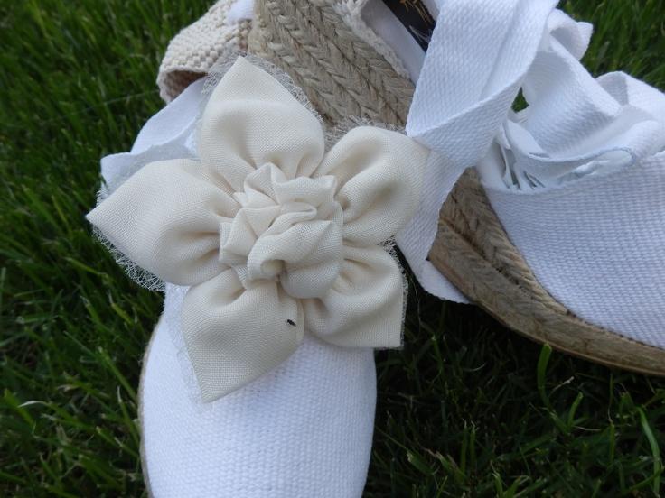 Alpargata para novias e invitadas ,niñas de comunión a juego con el ramo y la decoración,únicas personalizadas,con flores de tela y cristal en beige.Hand made de Algodón de Luna