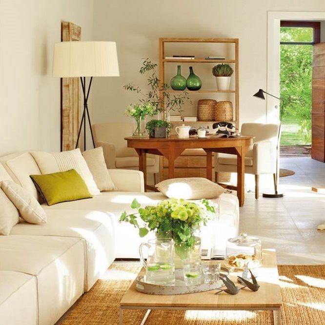 Salón luminoso con mesa redonda de madera