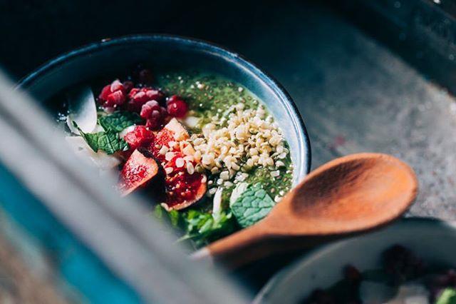 Con el cambio de hora llevo ya un buen rato con los ojos abiertos como platos 😳... habrá que desayunar! Hoy me apetece pudín de chia mmmm, y tú, qué vas a desayunar? Feliz domingo! #chiapudding #greensmoothiebowl