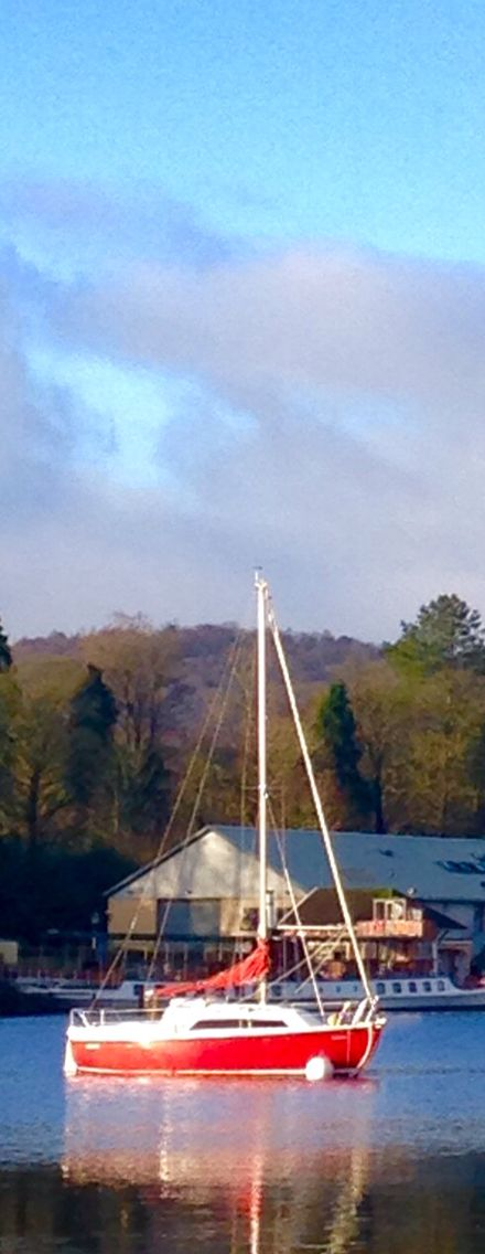 10 reasons to visit England in winter. Yacht on Windermere in the Lake District