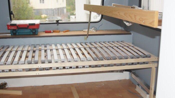 Montering av våningsäng och dubbelsäng i husvagn.