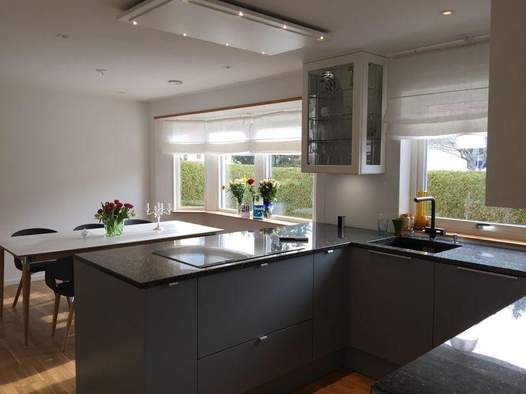 Puustelli kök med Festivo vinkyl grå granitskiva med svart granitho glasskiva Fjäråskupan fläkt Detalj