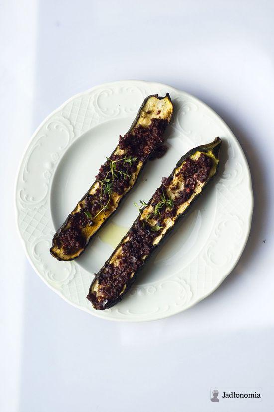 jadłonomia · roślinne przepisy: Pieczone cukinie z buraczaną salsą