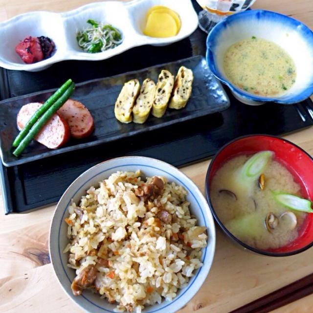 二日酔いの誰かさんにとっては拷問かのような量の朝食を作りました꒰。•`ェ´•。꒱۶ かしわめし特盛。 黙って食え。  ・かしわめし ・しじみのお味噌汁 ・卵納豆 ・塩昆布の卵焼き ・ほうじ茶スパイスdeハムステーキ ・しらすと小松菜の煮浸し ・京都おうすの里の梅干し ・京都大安のたくあん - 327件のもぐもぐ - 二日酔い拷問朝食 by yurie616