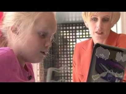 Een+robot+met+een+tutu+in+de+klas%21 Lexie Kinder lost oefeningen op tijdens de wiskundeles, verdient gouden sterren van haar leraar en maakt grapjes met haar klasgenoten. Terwijl ze thuis zit. Geboren met een chronische hartaandoening, dat haar immuunsysteem verzwakt, is schoolgaan een riskante activiteit voor de 9jarige Lexie.