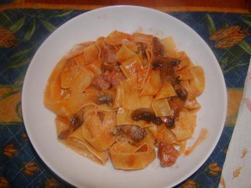 Pappardelle con salsiccia e funghi con coperchio EWC