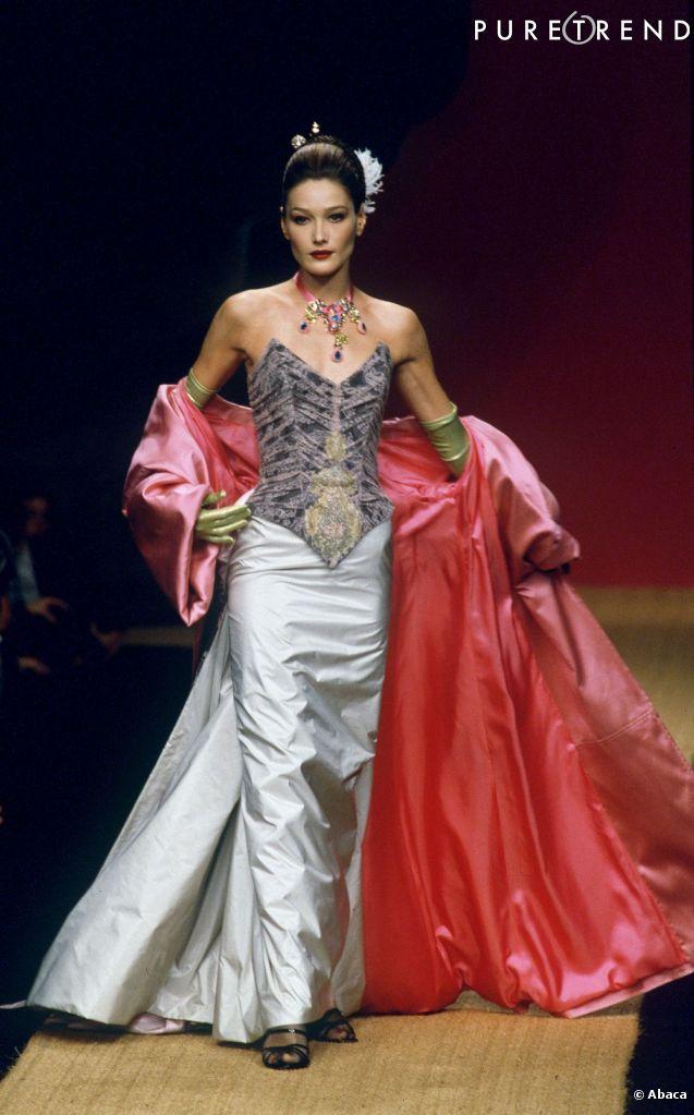Carla Bruni défile pour Christian Lacroix en 1995.                                                                                                                                                                                 Plus