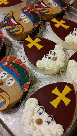 Sinterklaas en zwarte piet taartjes 2015. Van mokka slagroom en sinterklaas van gewoon slagroom en de muts en het kruis van marsepein.
